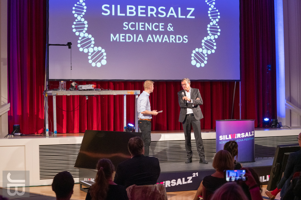 Cedric Engels (Doktor Whatson) und Prof. Dr. Gerald Haug (Präsident Leopoldina) | SILBERSALZ Science & Media Awards 2021 |credit: Joachim Blobel